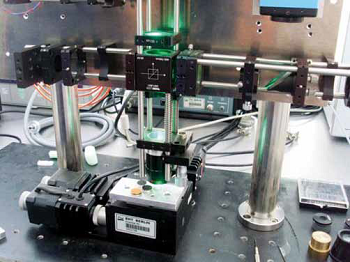 Detailed image of the objective and the sample holder for correlative SEM microscopy